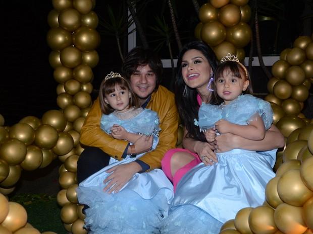 Natália Guimarães e Leandro faz festa para as filhas Maya e Kiara (Foto: Eduardo Martins / Ag. News)