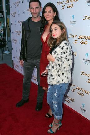 Courteney Cox com o noivo, Johnny McDaid, e a filha, Coco Riley Arquette, em première em Los Angeles, nos Estados Unidos (Foto: David Buchan/ Getty Images/ AFP)
