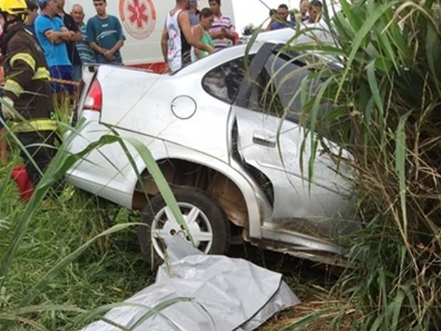 Carro ficou destruído com a batida (Foto: Arquivo Pessoal/Votuporanga Tudo)