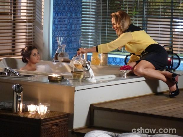 Shirley ensina truque de banho com ervas para Bárbara conquistar André (Foto: Em Família / TV Globo)