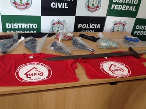 Material apreendido com grupo do MRP (Foto: Gabriel Luiz/G1)