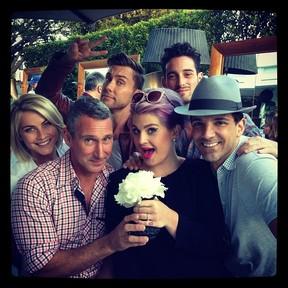 Kelly Osbourne com amigos no chá de bebê do filho de Fergie (Foto: Instagram/ Reprodução)