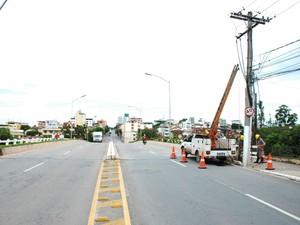 Equipe da Cemig trocou lâmpadas nesta quarta-feira (11), afirmou prefeito (Foto: Juliano Vilela/PMD)