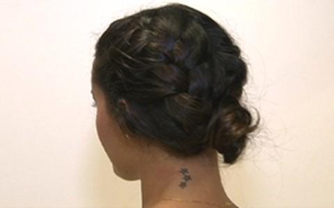 Penteado mistura tranças e coque. Aprenda a fazer