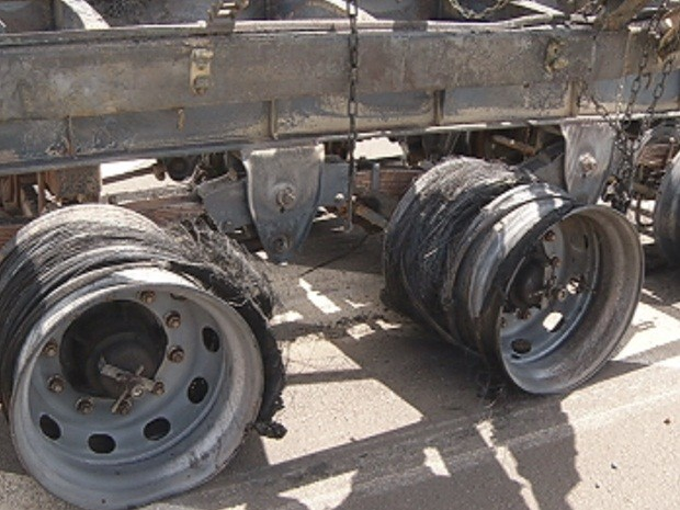 Pneus forma consumidos pelo fogo e só restaram as rodas do caminhão (Foto: Reprodução/TV TEM)