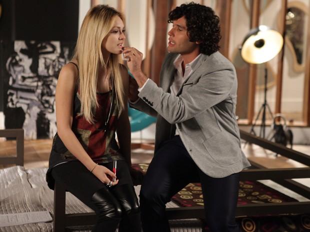 Arthur é todo querido com Megan e a convida para um passeio (Foto: Pedro Curi/ TV Globo)