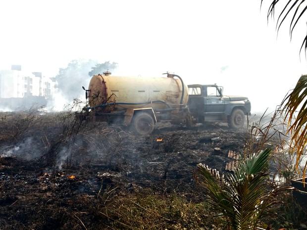 Caminhão-pipa foi acionada para ajudar no combate ao incêndio (Foto: Yuri Marcel/G1)