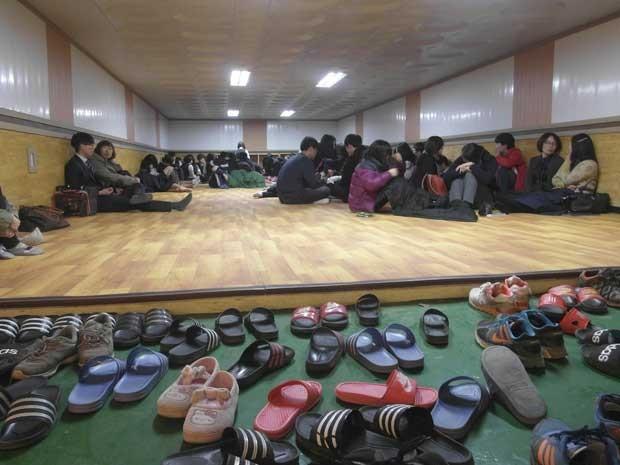Estudantes e moradores sul-coreanos foram levados para abrigo na ilha Yeonpyeong, perto da fronteira com a Coreia do Norte, após disparos dos dois países no mar da região. (Foto: Yonhap / Reuters)