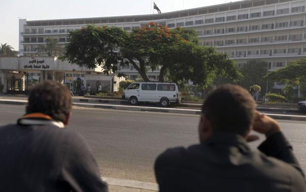 Egípcios fazem vigília nesta quarta-feira (20) no Cairo em frente ao hospital militar para o qual Hosni Mubarak foi transferido na véspera (Foto: AFP)