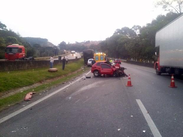 Segundo Polícia Rodoviária, carro entrou na contramão e bateu em ônibus na Fernão Dias (Foto: Reprodução EPTV)
