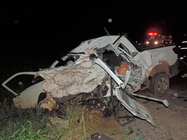 Carro ficou destruído e motorista morreu no local em um acidente na BR-242, na região oeste da Bahia. (Foto: Sigi Vilares/Blog do Sigi Vilares)