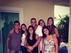 Adriano e namorada aparecem abraçadinhos em foto com amigos