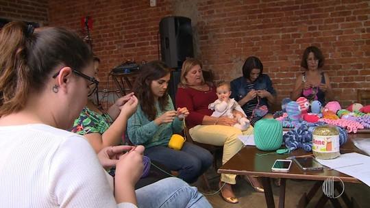Mulheres fazem polvos de crochê para bebês prematuros