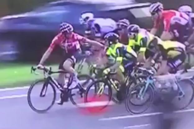 Ciclista decide segurar oponente em circuito na Bélgica  (Foto: reproduçãpo )