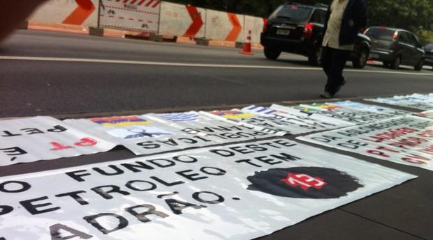 Faixas de protesto cobrem o asfalto da Avenida Paulista. Em São Paulo, nenhum grupo marcou protesto para o período da manhã (Foto: Thais Lazzeri)