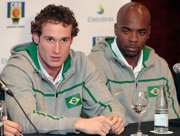 Larry e Marcelinho Huertas, seleção de basquete (Foto: Gaspar Nóbrega / Divulgação)