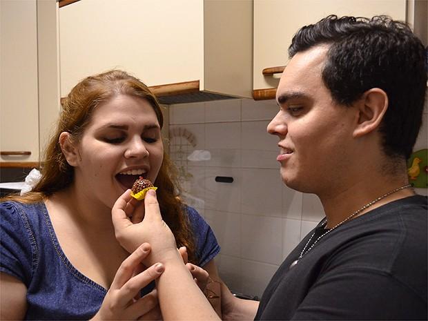 Vivian e Gustavo vendem brigadeiros para juntar R$ 15 mil e bancar o casamento (Foto: Amanda Pioli/G1)