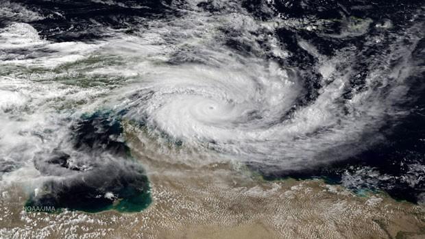Imagem de satélite mostra um ciclone se aproximando da costa da Austrália nesta quinta-feira (10) (Foto: NOAA/AFP)