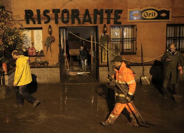 Chuvas fortes causaram enchentes  e deslizamentos na Itália (Foto: AFP)
