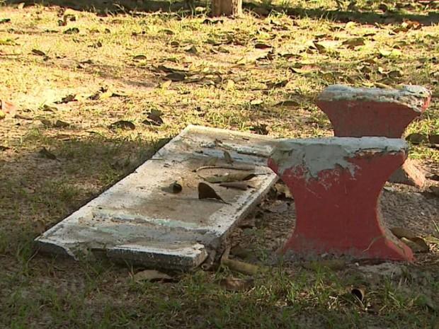 Banco quebrado em parque abandonado de São Simão, SP (Foto: Ronaldo Gomes/EPTV)