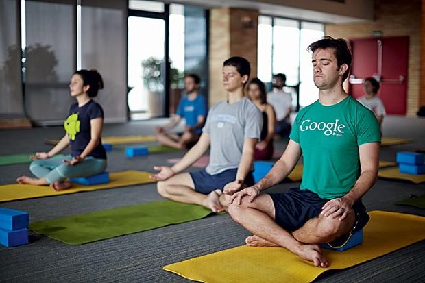 Tomás Nora (de camiseta verde) faz jornada dupla de meditação no Google, em São Paulo. Pela manhã, integra o grupo de ioga; ao meio-dia,  faz mindfulness (Foto: Arthur Nobre)