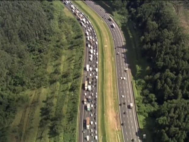 Acidente causou congestionamento de 8 km na rodovia. (Foto: Reprodução/TV Globo)