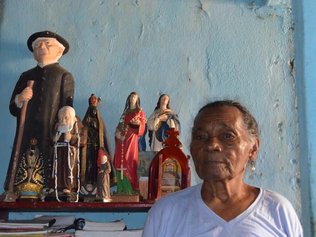 Maria Monteiro da Silva, 76, moradora, vítima da barragem de Camará, comprou novas imagens dos santos levados pelas águas (Foto: Wagner Lima/G1 PB)