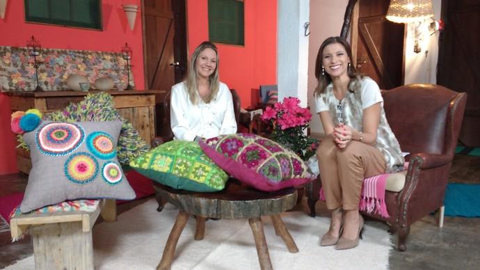 Estilista mostrou opções de almofadas (Foto: Lívia Andrade/RBS TV)