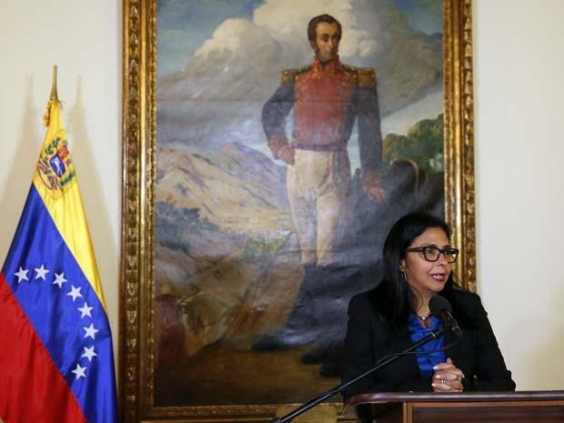 A ministra das Relações Exteriores da Venezuela, Delcy Rodríguez, fala à imprensa sobre redução da embaixada dos EUA em Caracas, após reunião com o diplomata americano Lee McClenny (Foto: REUTERS/Carlos Garcia Rawlins)