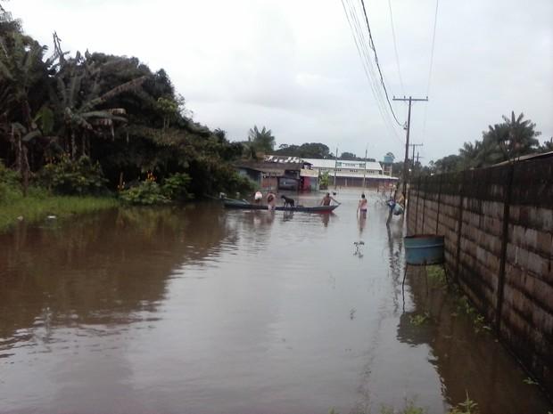Moradores usam canoas para se locomoverem  (Foto: Ney Santos/ Arquivo pessoal)