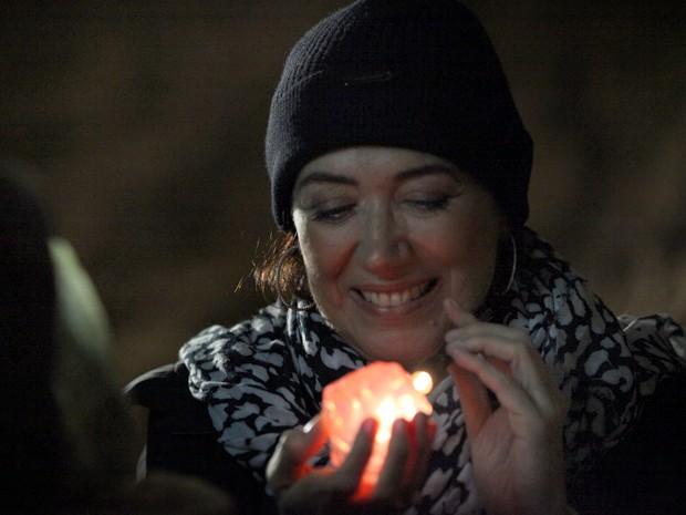 Maria Marta não esconde a felicidade ao estar com a pedra preciosa de Zé (Foto: Carol Caminha/TV Globo)