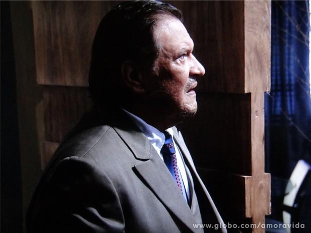 Atílio entra em casa e começa a reconhecer o local (Foto: Amor à Vida / TV Globo)