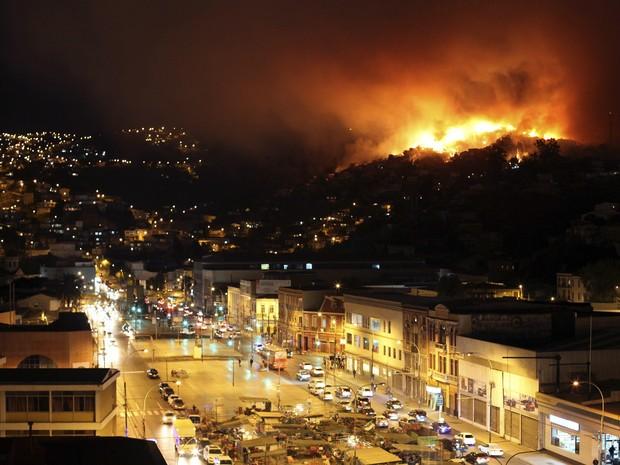 Fogo começou em área florestal e se espalhou rapidamente com os ventos em Valparaíso neste sábado (12) no Chile. (Foto: Cesar Pincheira/Reuters)