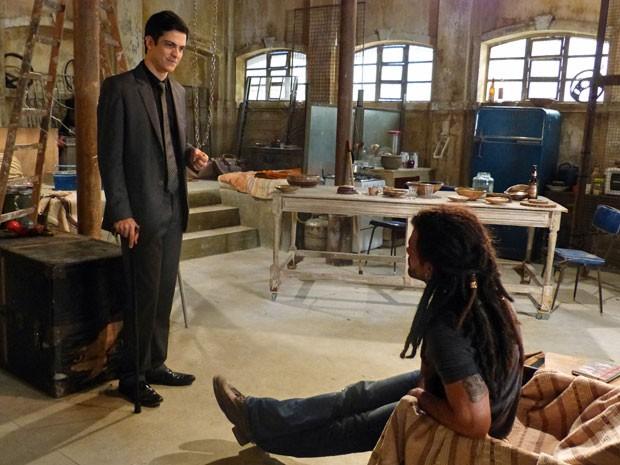 Félix diz a Ninho que ele precisa continuar lutando pelo amor da médica (Foto: Amor à Vida/TV Globo)
