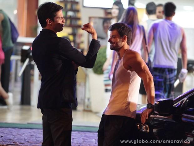 Félix se encontra com Anjinho na academia (Foto: Amor à Vida / TV Globo)