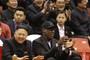 Ditador norte-coreano Kim Jong-un e o ex-astro da NBA Dennis Rodman assitem a uma partida de basquete com jogadores norte-americanos na arena em Pyongyang, Coreia do Norte, no dia 28 de fevereiro deste ano