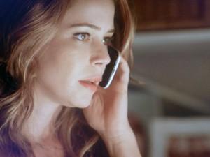 Cris fala ao telefone com Zé  (Foto: TV Globo)