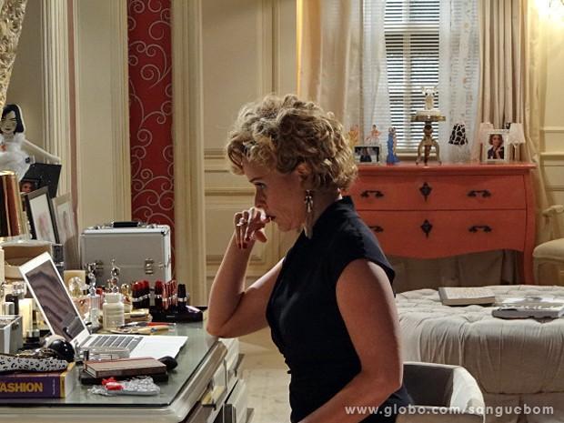 Bárbara ouve o que foi gravado no quarto de Malu (Foto: Sangue Bom / TV Globo)