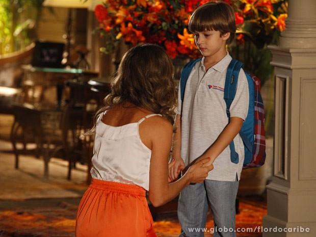 Ester tenta contornar a situação (Foto: Flor do Caribe/ TV Globo)