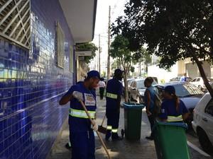Grupo trabalha na limpeza de vias na região central de SP (Foto: Letícia Macedo/G1)