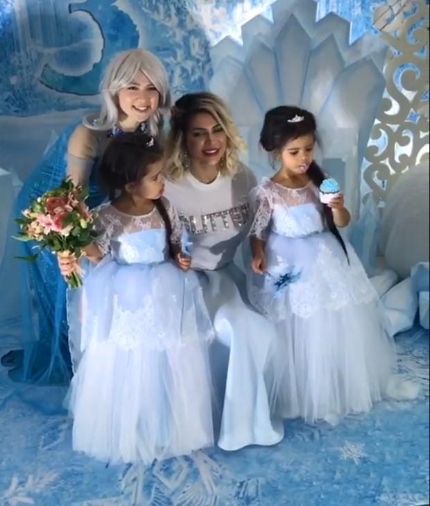 Dani Souza e as filhas, Rafaella e Sophia (Foto: Reprodução/Instagram) (Foto: Reprodução)