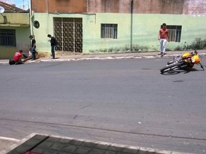 Motoqueiro é socorrido após queda causada por choque em Pitangui (Foto: Fred Silva/Arquivo pessoal)