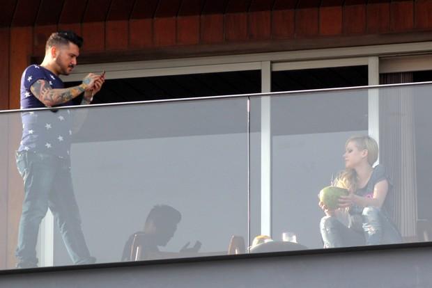 Avril Lavigne na sacada do hotel (Foto: J. Humberto / AgNews)