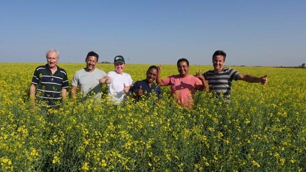 Equipe da RPCno meio de plantação de canola de agricultores brasileiros (Foto: Reprodução/RPC)