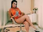 De maiô decotado, Solange Gomes recria pose famosa de Sharon Stone