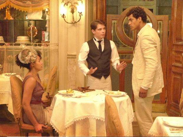Berenice não sabe onde enfiar a cara (Foto: Lado a Lado / TV Globo)