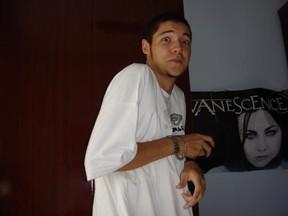 Nasser, do 'BBB 13', em foto do baú (Foto: Reprodução)