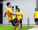 Vendado, Hernanes mostra habilidade em embaixadinha com bolinha de tênis