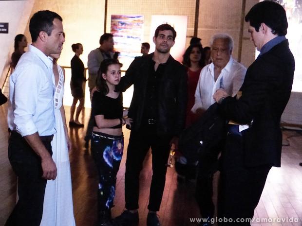 Bruno fica muito tenso quando vê as provas contra Félix nas mãos do vilão (Foto: Amor à Vida / TV Globo)