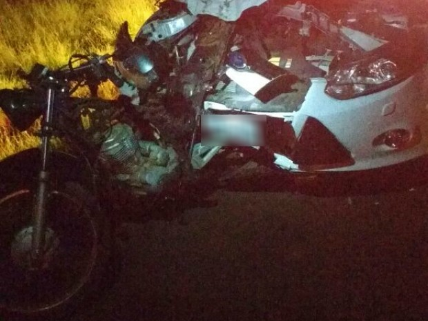 Em Arapongas, um carro bateu na traseira de uma motocicleta; os dois ocupantes da moto morreram (Foto: Divulgação/Polícia Rodoviária Estadual)